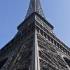 La structure de la Tour Eiffel offre des angles et arrêtes estétiques