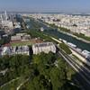 On distingue  le quartier Beaugrenelle et la maison Radio France de part et d'autre de la Seine